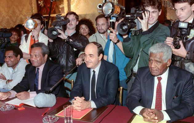 Jean-Marie Tjibaou, président du FLNKS, Jacques Lafleur et Dick Ukeiwé, tous deux députés RPCR, le 26 juin 1988 après la signature des Accords de Matignon ©Archives AFP