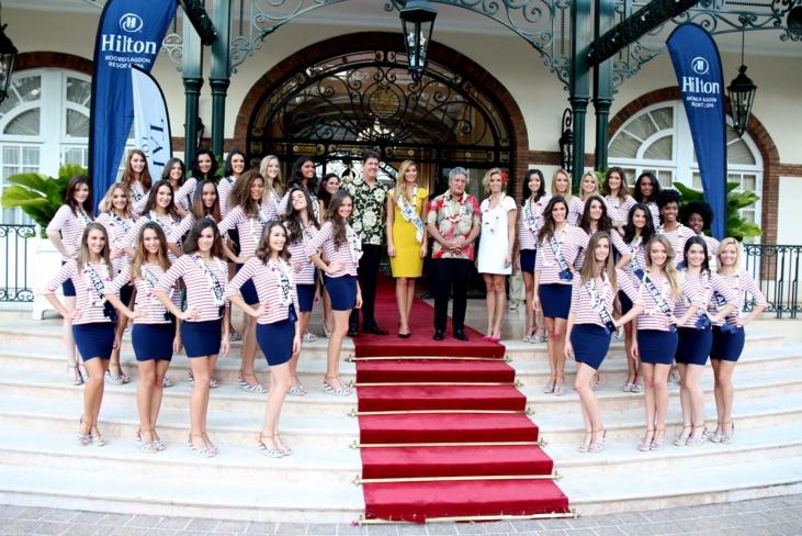 Les candidates entourent le ministre polynésien du Tourisme, Sylvie Tellier et Camille Cerf, Miss France 2015 ©Karim Mahdjouba pour TNTV