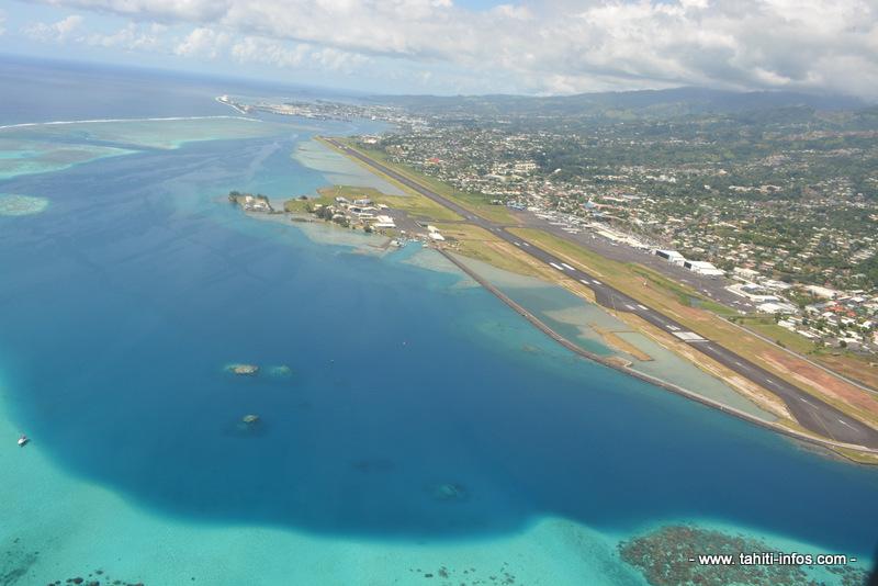 La piste d'atterrissage de l'Aéroport international de Tahiti, longeant tout le littoral de la commune de Faaa ©Tahiti-infos