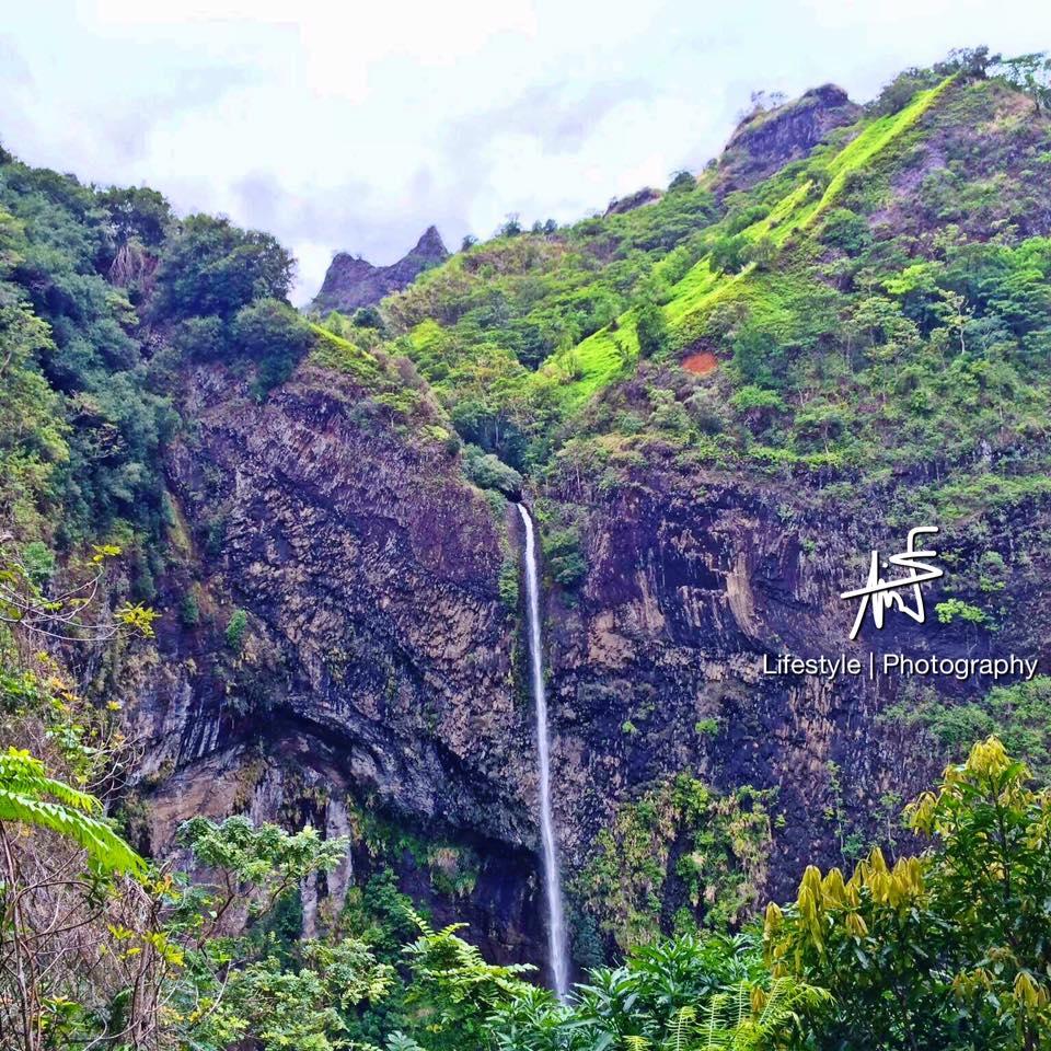 """Tahiti côté montagne, une face cachée que Maui se ravit de faire découvrir. Ici, la """"Fachoda"""" et sa cascade, ses toboggans et ses bassins naturels ©Maui Neri"""