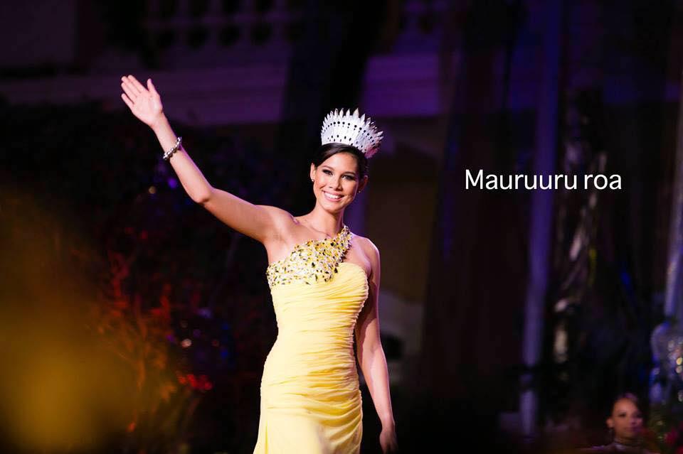 Mehiata Riaria, Miss Tahiti 2013, lors de l'élection Miss Tahiti 2014, où elle transmis son écharpe à Hinarere Taputu ©DR