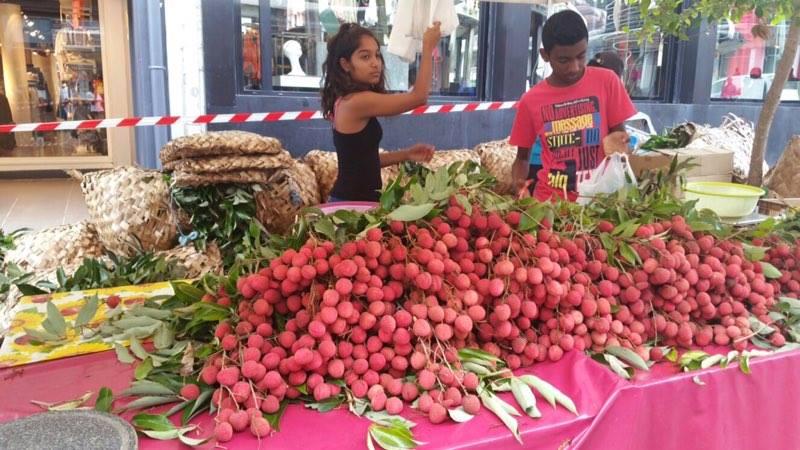 Le letchi est un des produits phare de l'île de La Réunion. En ce moment, les étales sont envahis par ce petit fruit tendre et juteux ©MCP