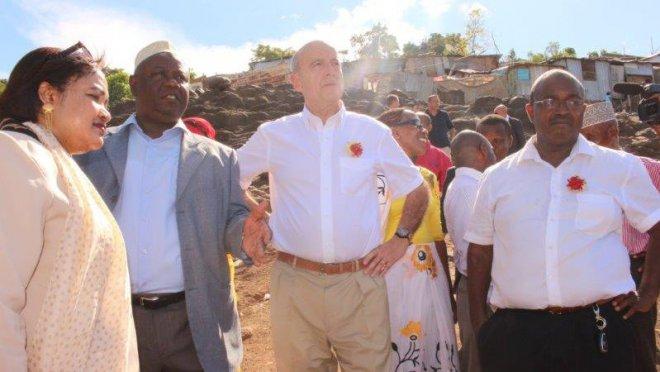 Alain Juppé à Mayotte, sur les hauts de Kawéni, plus grand bidonville de l'île, où il est venu parler éducation et emploi ©F. Souahéli