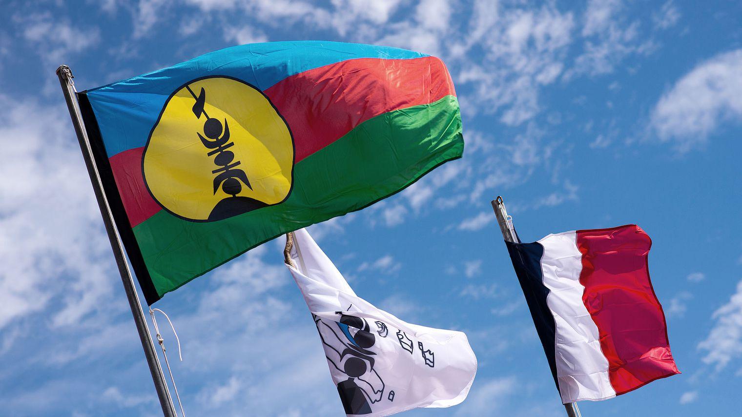 Le drapeau kanak, et le drapeau français flottants ensembles dans le ciel calédonien. Gageons que la Nouvelle-Calédonie saurait se réinventer au regard des différents territoires des communautés qui la composent ©Lionel Bonaventure / AFP