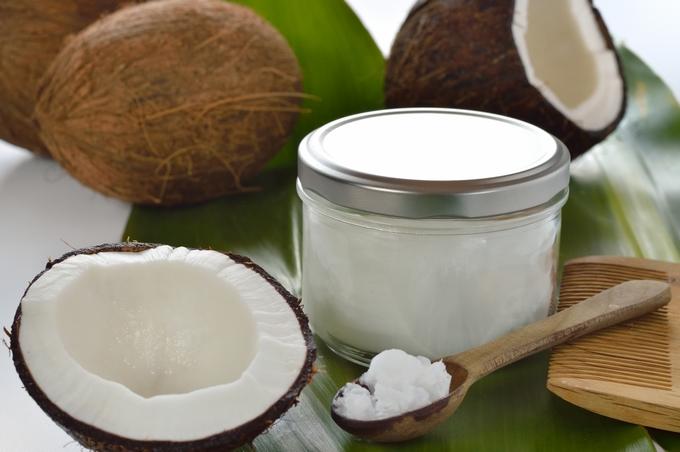 """L'huile de Monoï, produite à partir de la noix de coco (et non """"la coco""""), est reconnue pour ses vertus hydratantes et bronzante et véhicule avec elle l'image de la beauté polynésienne ©DR"""