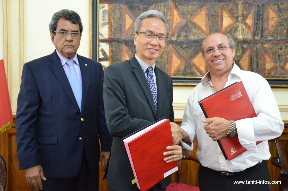 Les signataires du protocole d'accord : Edouard Fritch, président du gouvernement de la Polynésie française, Ivan Ko, mandataire du consortium exploitant et Claude Drago, directeur du TNAD ©Tahiti-infos