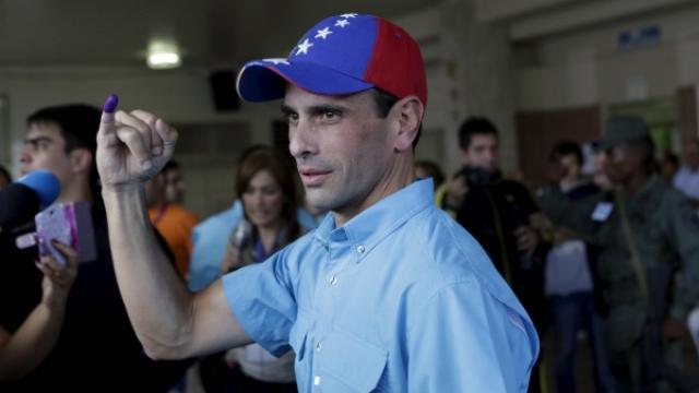 L'opposant Henrique Capriles. Son doigt trempé dans l'encre prouve qu'il a bien voté ©Reuters