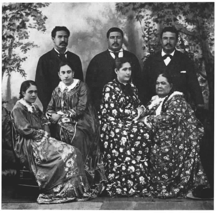 """Ariitaimai (1821-1897), grande cheffesse du clan des Teva, assise à droite sur cette photo de famille. Fille du Grand Tati, chef de Papara, et de Atiau Vahine, du clan des Marama. Dans ses mémoires, la Reine Marau raconte qu'Ariitaimai, en apprenant la cession par Pomare de ses possessions à la France, aurait dit à Pomare V : """"De quel droit avez-vous disposé de ce qui ne vous appartenait pas, à vous, un Paumotu"""" ?"""
