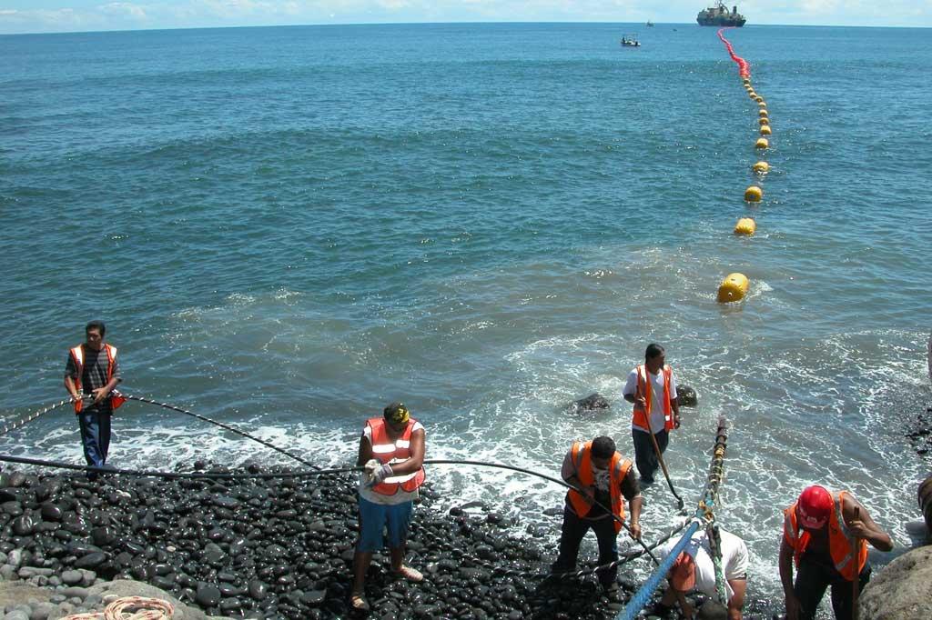Le câble Honotua à été posé en 2009 et est entré en service en 2010. Il relie la Polynésie française à Hawaï et aux autres continents ©Marine Marchande