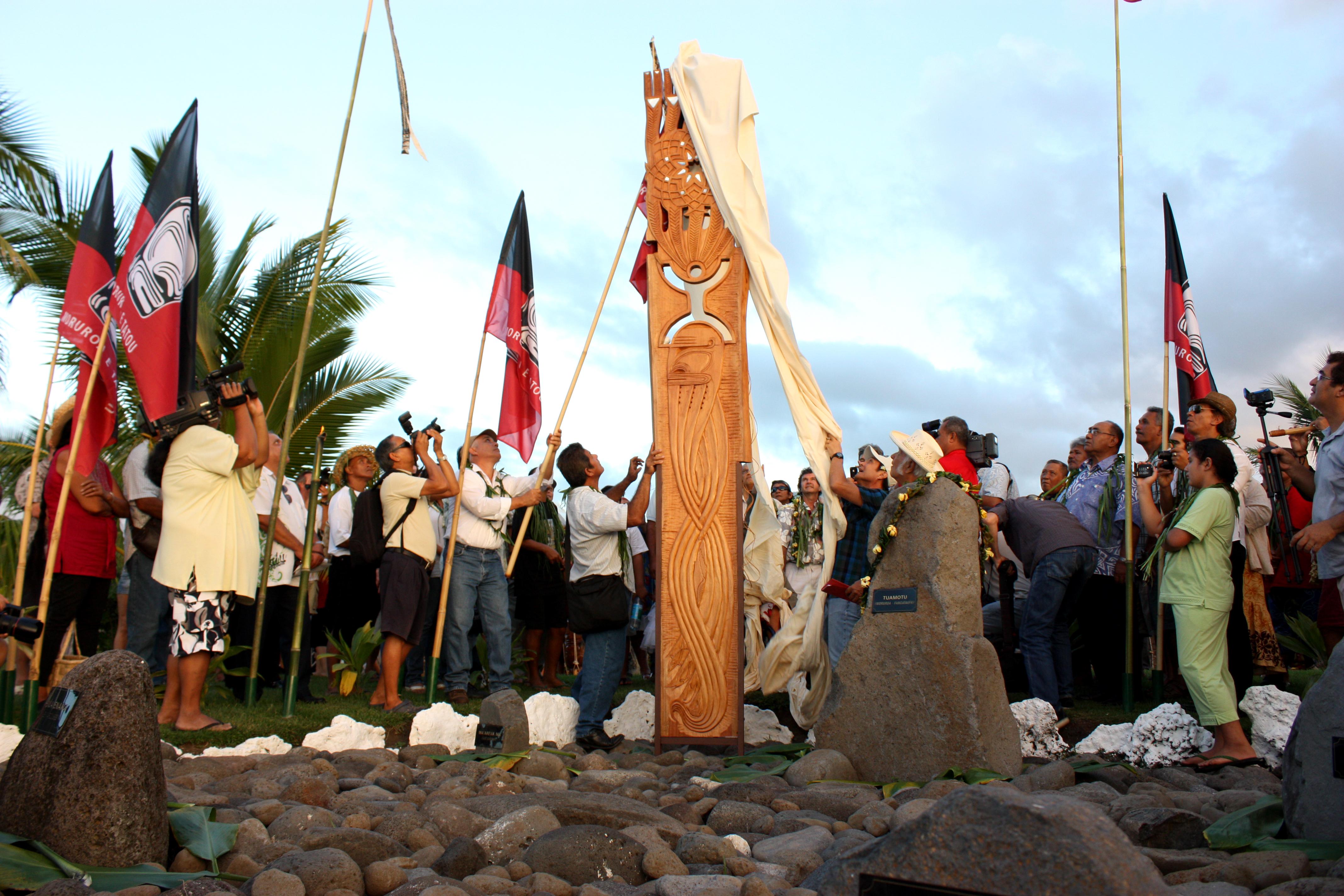 Un lieu de mémoire aux victimes des essais est inauguré le 2 juillet 2012. Il se situe à Papeete, sur la Place Jacques Chirac, rebaptisée pour l'occasion, Place du 2 Juillet 1966 ©TF
