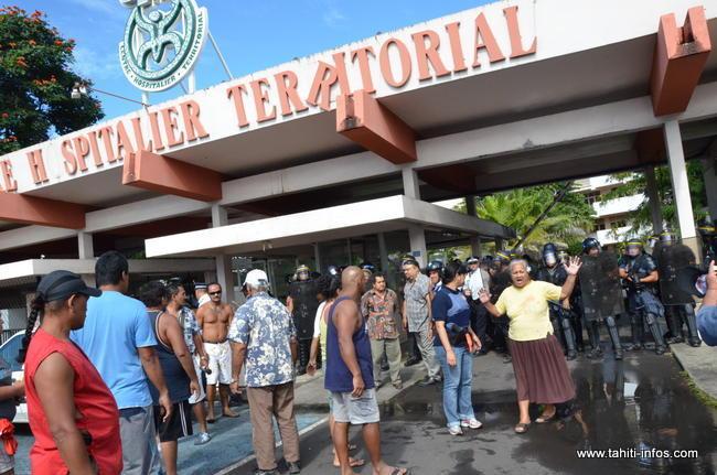 """En 2012, il fut le témoin improbable des affrontements entre les forces de l'ordre et les partisans de la micro """"République"""" Pakumotu, qui avaient assiégé l'Hôpital ©Tahiti-infos"""
