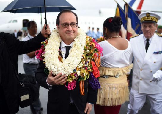 François Hollande, couronné à son arrivée à Wallis ©Stephane de Sakutin / AFP