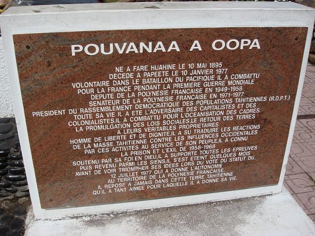 Plaque commémorative en dessous du buste de Pouvant a Oopa ©Serge Calleja