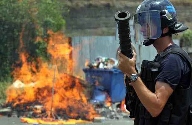 Un gendarme mobile en octobre 2011. L'île de Mayotte souffrirait d'un déficit des forces de sécurité ©R. Bouhet / AFP