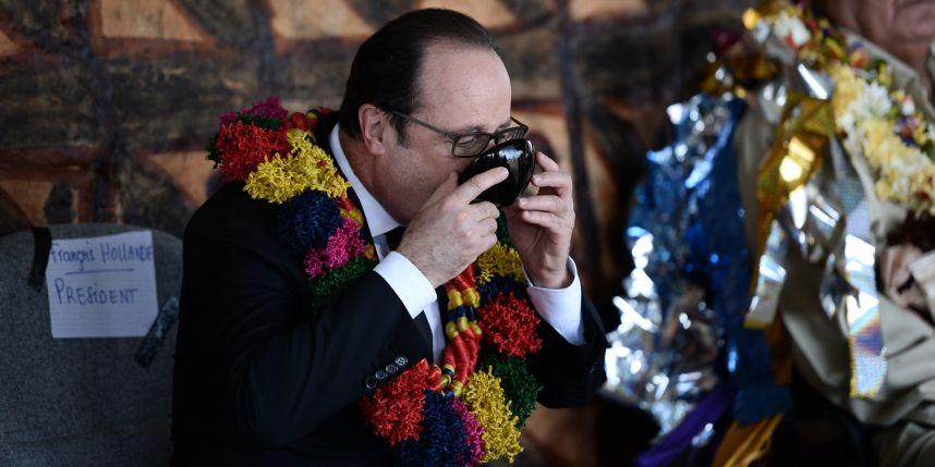 François Hollande a parfaitement respecté les codes en rigueur de la cérémonie du Kava royal ©AFP