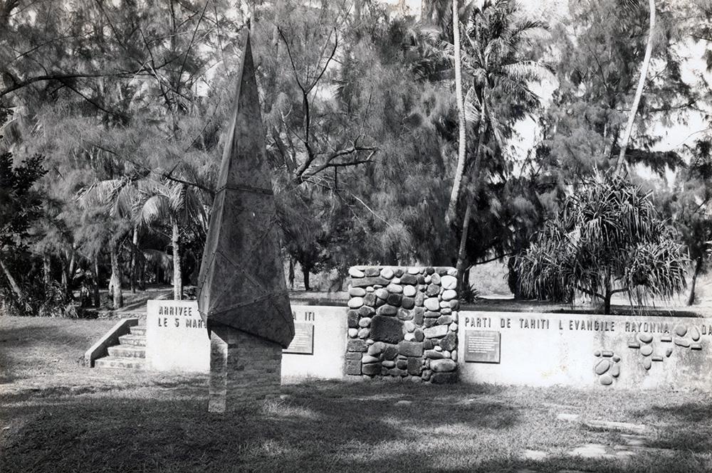 Monument en hommage au Capitaine Cook et son navire, le Duff, dans la baie de Matavai à Mahina, Pointe Vénus ©Tahiti Heritage