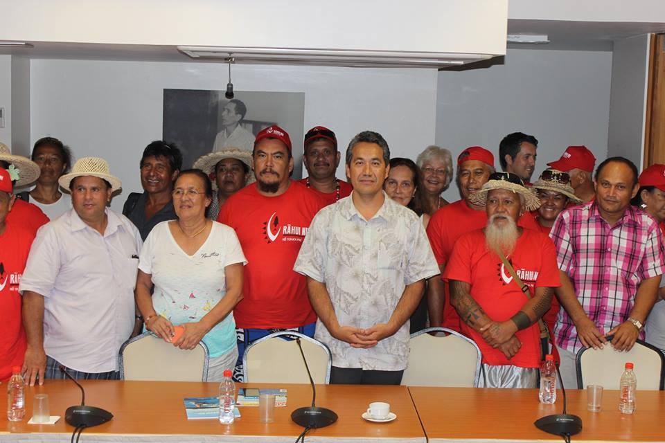 La délégation de l'association Rahui Nui no Tuha'a Pae, reçue par le Président de l'Assemblée de la Polynésie française, proche de Gaston Flosse ©Facebook Rahui Nui no Tuha'a Pae