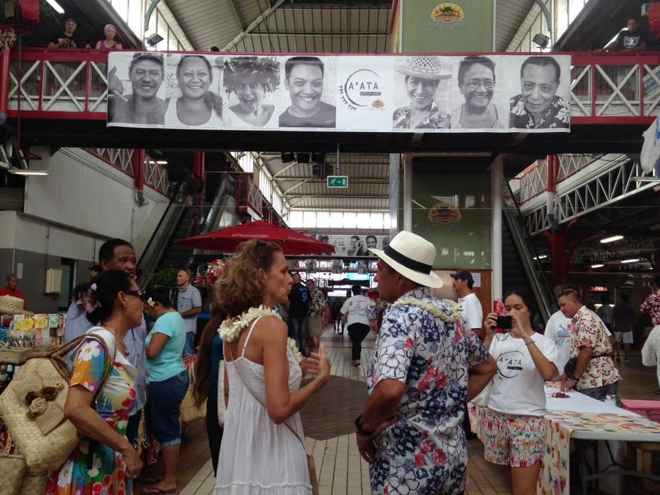 Depuis avril, les portraits souriants du projet ont été accrochés un peu partout sur l'île de Tahiti. Ici, au Marché de Papeete ©Facebook A'ATA - Smile for peace