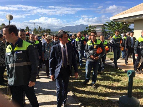 Manuel Valls à l'usine SLN lors de sa visite en Nouvelle-Calédonie ©Outremers360