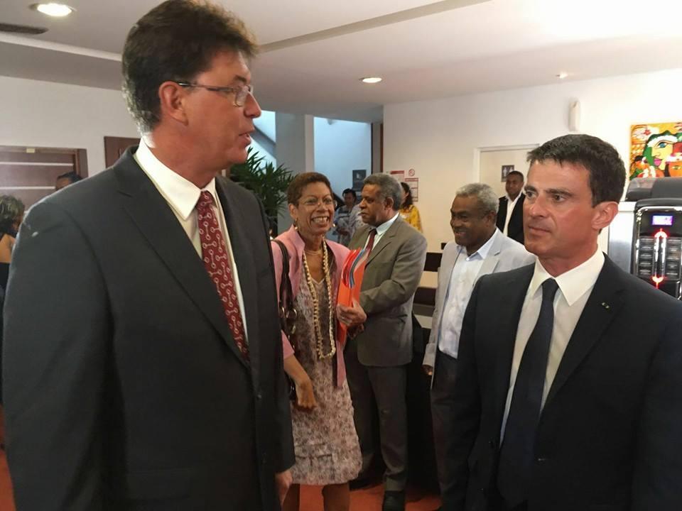 Manuel Valls en compagnie de Thierry Santa, président du Congrès calédonien