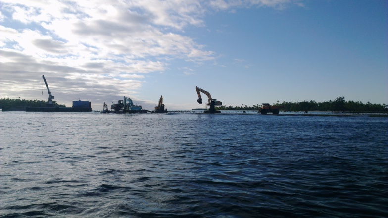 Dragage sur le récif de l'atoll de Tetiaroa, lors de la construction de l'Hotel de luxe The Brando ©DR