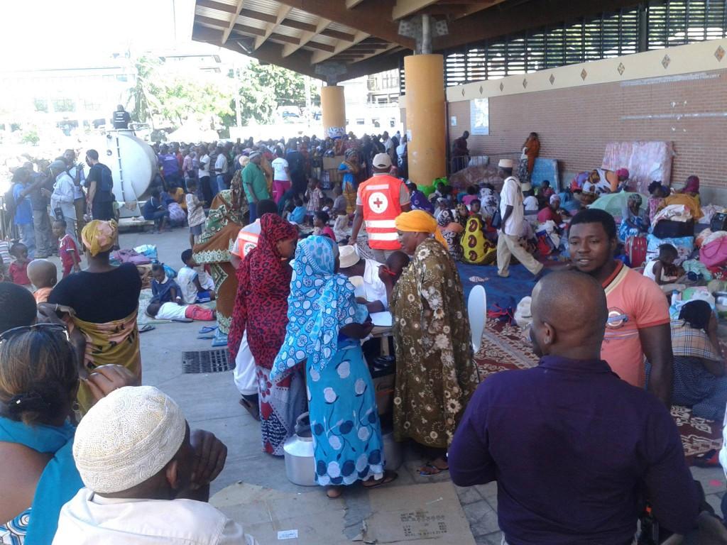 Des associations comme la Croix-Rouge distribuent eau et nourriture aux délogés © Mayot'News