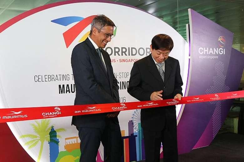 Le ministre du Tourisme , Xavier Duval en compagnie du ministre des transports de Singapour lors de l'inauguration de la ligne Maurice-Changai