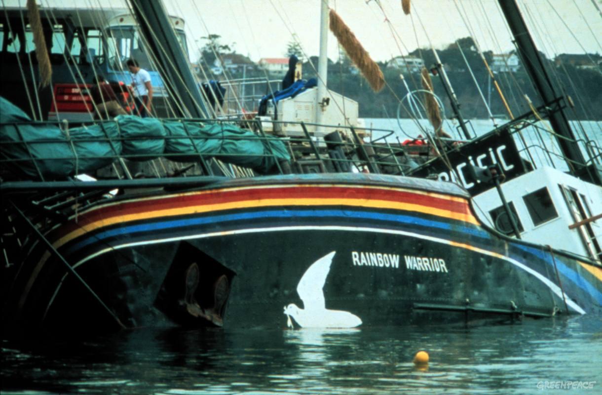 Le Rainbow Warrior après avoir été sabordé par deux agents français. Un photographe de Greenpeace y trouvera la mort ©Greenpeace