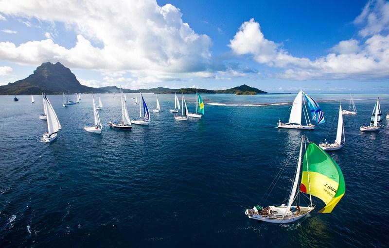 Les voiliers de la Tahiti Pearl Regatta aux portes de l'île de Bora Bora ©Tahiti Pearl Regatta