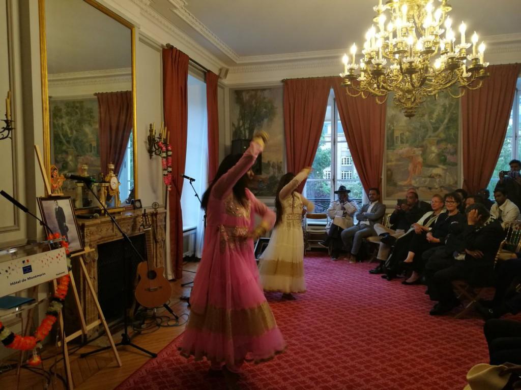 La soirée hommage s'est poursuivie avec des chansons de l'artiste Robert Jasawant et de la troupe Bollywood Marahdjah