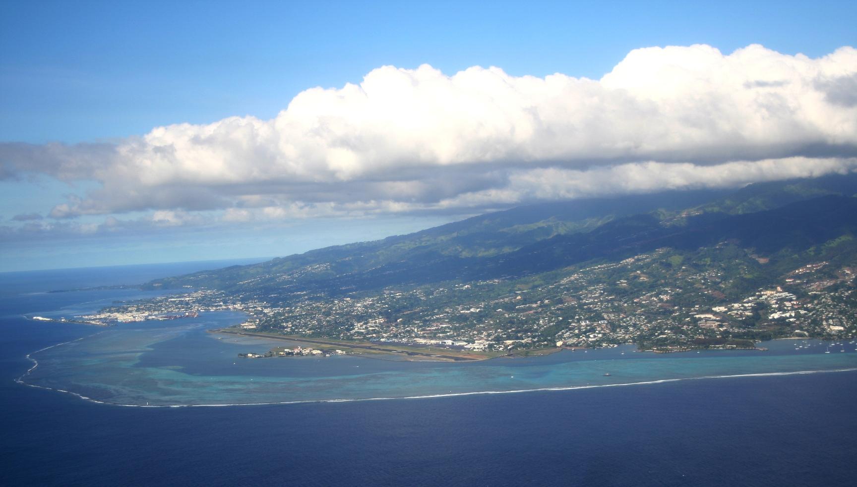 La grande agglomération de Papeete, sur l'île de Tahiti, où se concentre la majorité de la population polynésienne et des infrastructures importantes. Elle s'étend de la commune de Mahina à celle de Punaauia, avec la capitale Papeete en son centre. Comme toutes les autres grandes villes ultramarines, Papeete fait face à des enjeux d'urbanisation importants ©Duanrevig.com