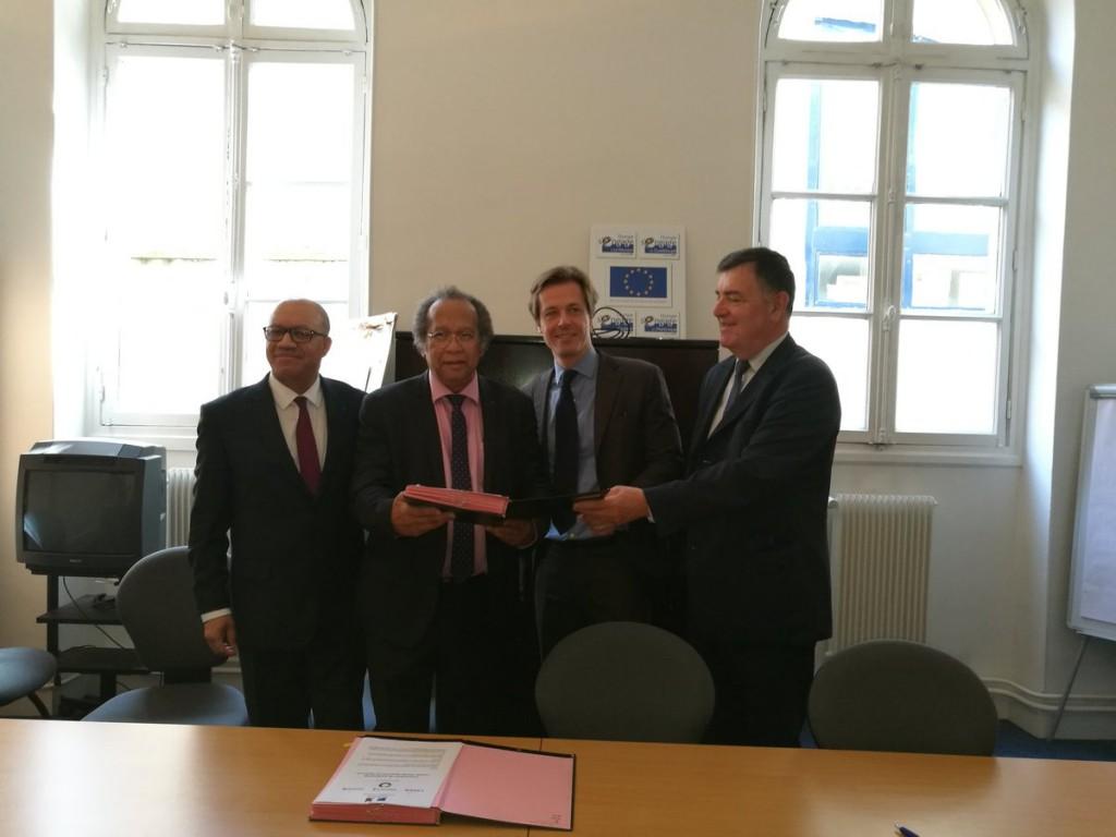 De gauche à droite: Florus Nestar, directeur général de LADOM, Olivier Béchard, directeur général des écoles Webforce 3, et Jean- Pierre Philibert, président de la FEDOM