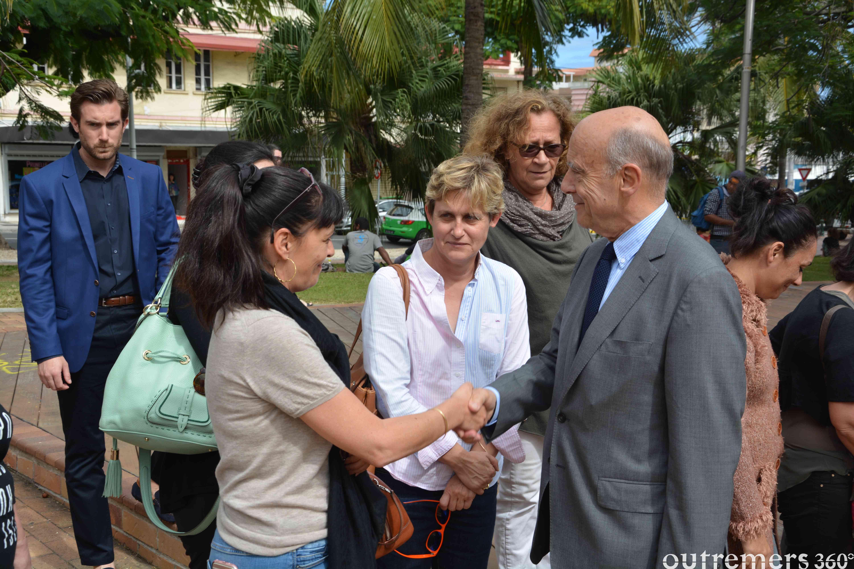 Alain Juppé sur la Place des Cocotiers à Nouméa. Le candidat à la primaire Les Républicains y a rendu un nouvel hommage aux victimes de l'attentat de Nice avant un petit bain de foule ©Outremers360