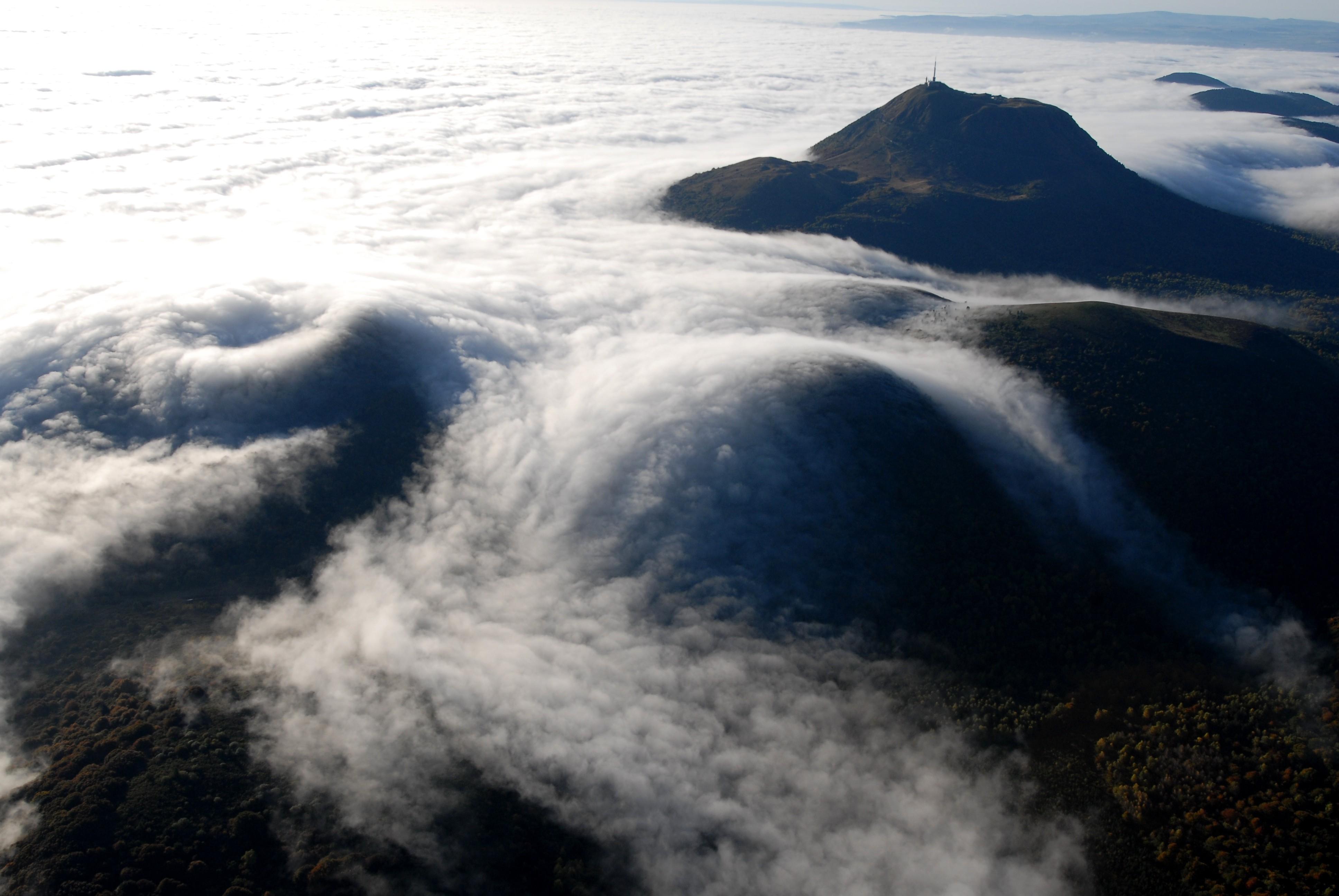 Ensemble tectono-volcanique de la Chaîne des Puys et de la faille de Limagne en France ©Jodie Way
