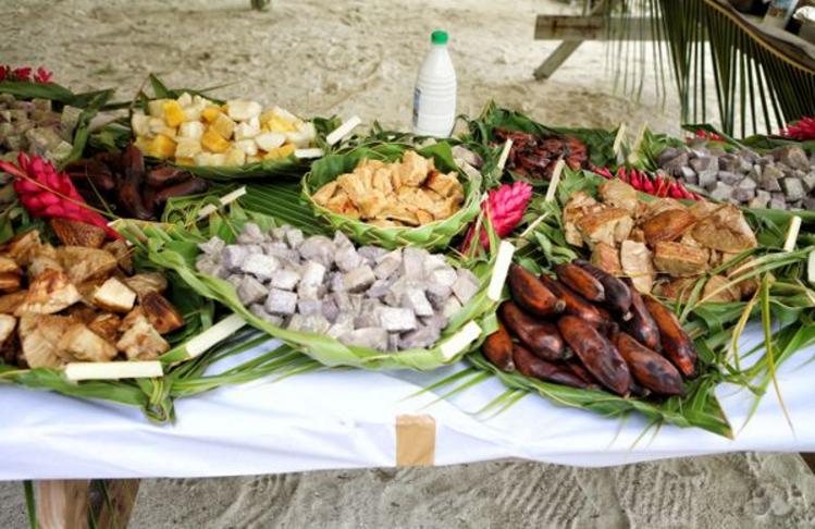 Les fruits et légumes d'un traditionnel Ma'a Tahiti: 'Uru (fruit de l'arbre à pain), fe'i (banane plantain), Taro (tubercule),... ©Blog Tahiti Vacances