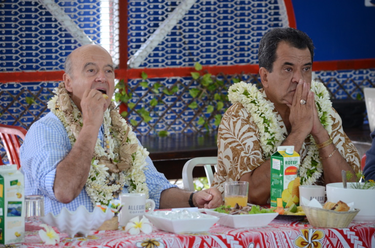 Dès dimanche, Alain Juppé a pu goûter aux spécialités polynésiennes au Marché de Papeete ©Mike Leyral / TNTV