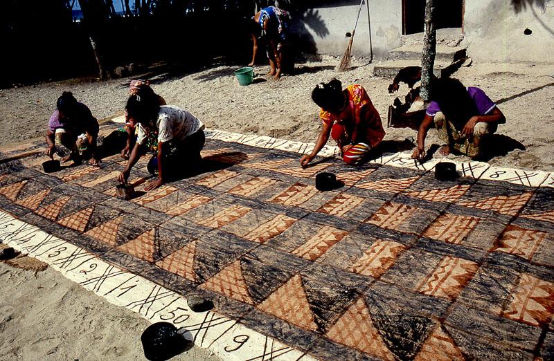 fabrication d'un tapa par des femmes wallisienne