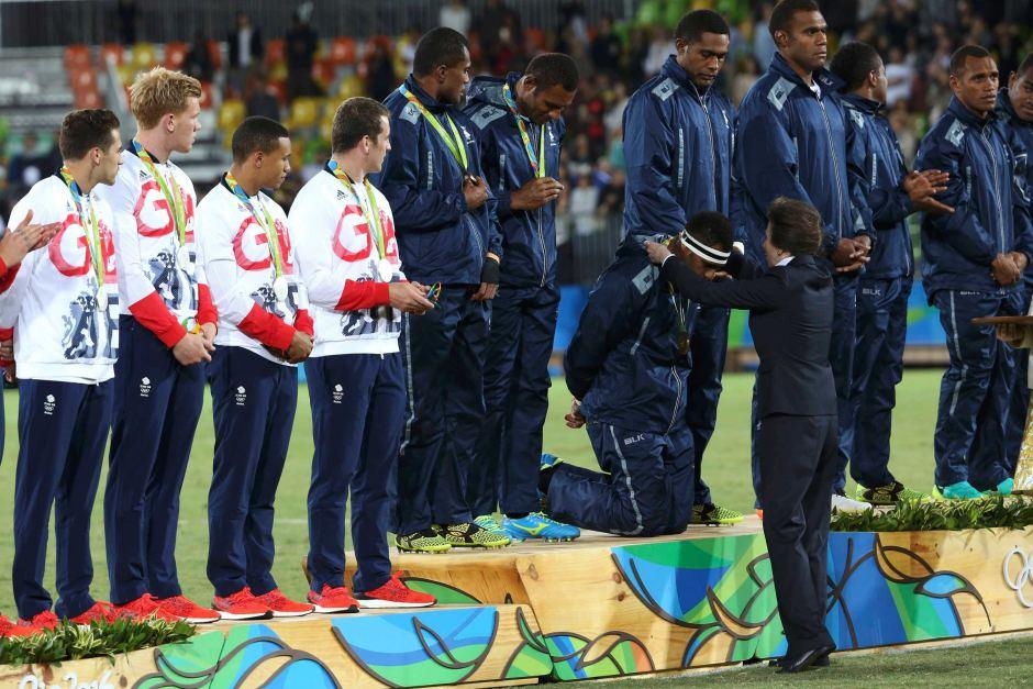 Geste fort et symbolique. Les champions fidjiens ont reçu la médaille d'Or des mains de la Princesse Anne. En signe de respect, ils ont tapé trois fois dans leur main. Bien au fait des traditions et coutumes fidjiennes, la Princesse leur a rendu la pareille ©Alessandro Bianchi / Reuters
