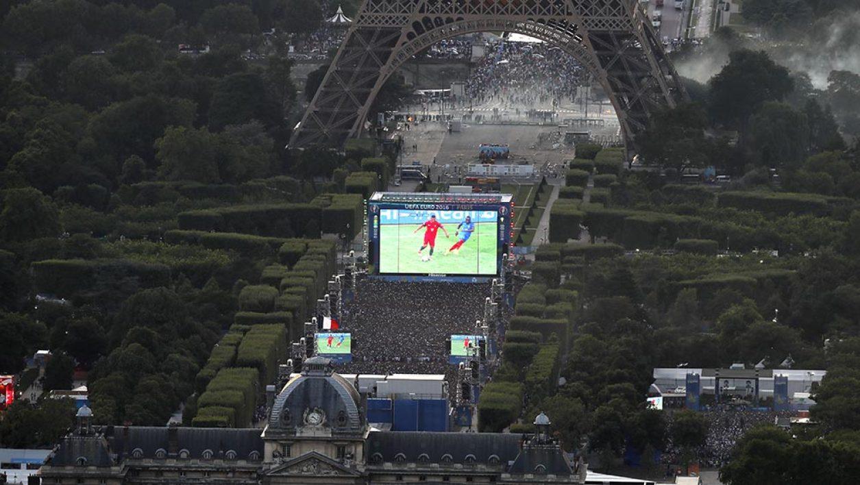 La Fan Zone du Champs de Mars pendant la finale de l'Euro 2016. Si aucun incident majeur n'est venu troubler la fête, il y a tout de même eu quelques heurts liés à la fermeture de la Fan Zone arrivée, avant 19h, à saturation ©DR