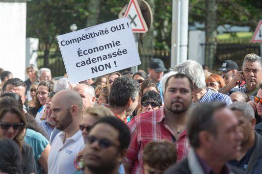 Le 18 août, les patrons calédoniens ont manifesté dans les rues de Nouméa contre le projet de loi Compétitivité ©Fred Payet / AFP