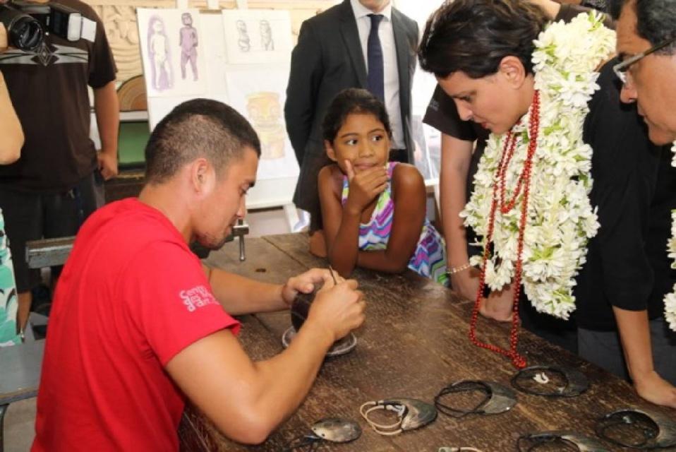 Au Centre des métiers d'art (CMA) de Papeete, la ministre a annoncé que les CAP sculpture, gravure, tressage et tatouage seront reconnus au niveau national ©Tahiti-infos
