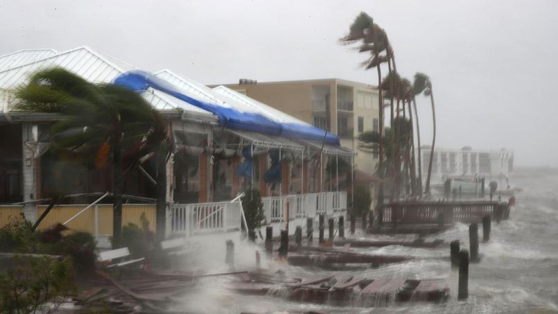 Après avoir durement touché Haïti, Matthew a poursuit sa route vers la Floride. Ici, les maisons de Cocoa Beach frappées par la houle et les vents ©Mark Wilson / AFP
