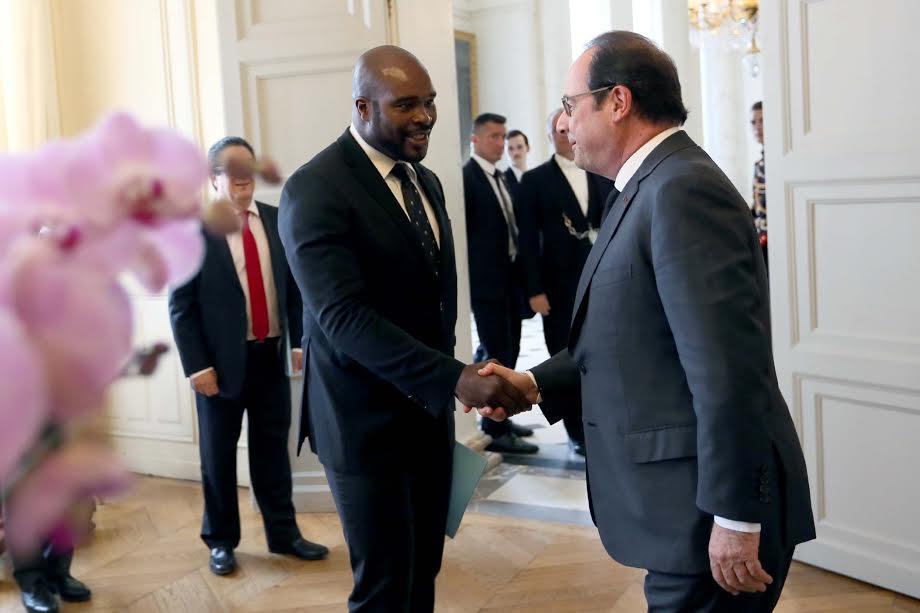 Des gants de boxe au costume trois pièces, en 2016, Jean-Marc Mormeck entre au gouvernement mais n'abandonne pas la boxe pour autant ©Présidence de la République – L.Blevennec