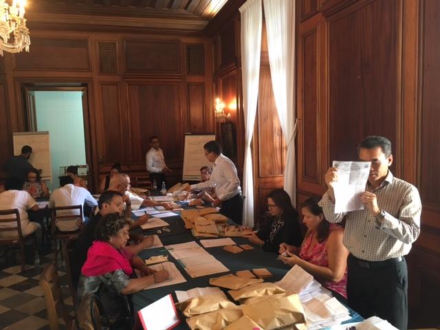 Le dépouillement des scrutins et l'annonce des résultats ont eu lieu à l'hotel de la préfecture de La Réunion ©Zinfos974
