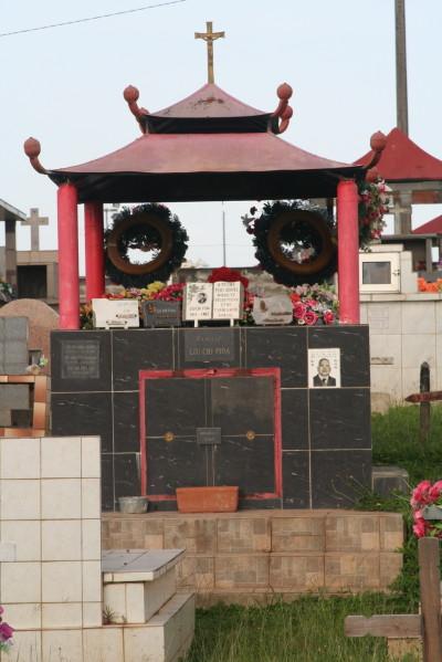 Une tombe en forme de pagode au Cimetière de Cayenne