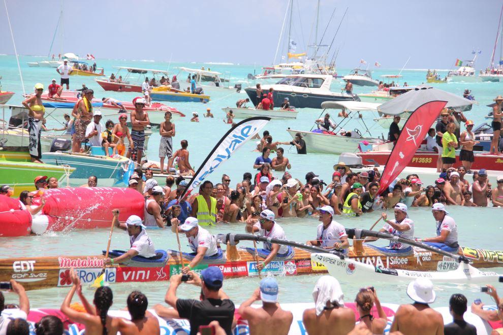 L'arrivée sur la plage de Matira de la dernière étape qui rallie Taha'a à Bora Bora. A l'issue de ces trois jours de course commence la fête populaire ©Site Hawaiki Nui Va'a