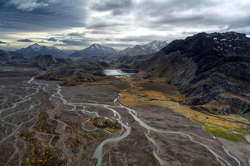 Vallée des Sables, péninsule Rallier du Baty. À droite, le mont du Commandant au Sud-ouest des Kerguelen ©Facebook / Escales du bout du Monde