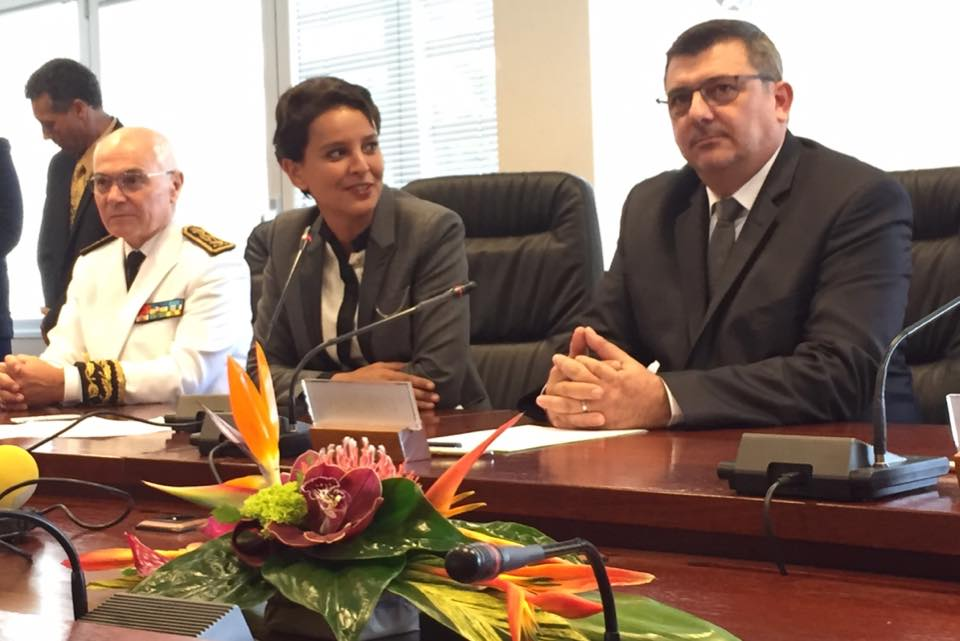 La ministre de l'éducation natiionale lors de la signature du projet éducatif, aux côté de Philippe Germain, Président du gouvernement calédonien et Thierry Lataste, Haut-commissaire de la République en Nouvelle-Calédonie ©DR