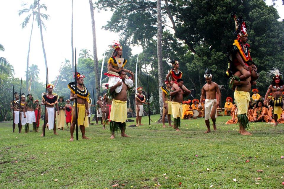 Depuis 2012, les troupes de danses réinvestissent les lieux de culte de la Polynésie ancestrale afin de réinterpréter les légendes ou les grandes cérémonies politique et religieuses ©Outremers360