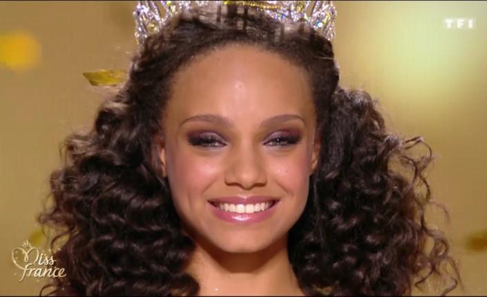 Alicia Ayliès devient en 2016 la première guyanaise a remporté l'écharpe de Miss France. Ses dauphines sont, elles, toutes originaires des Outre-mer ©DR